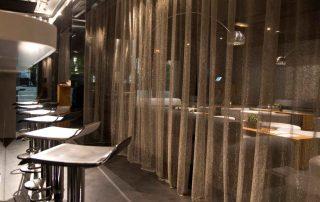 Edelstahl Gardinen als Raumteiler in einem Restaurant Brasserie de Monaco