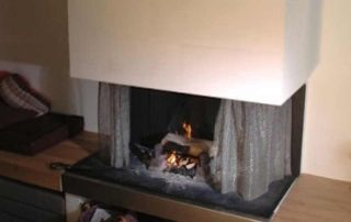Ein Kettenvorhang bietet einen Schutz vor dem Kaminfeuer