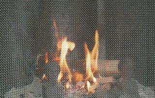 Kaminfeuer hinter einem Kettenvorhang