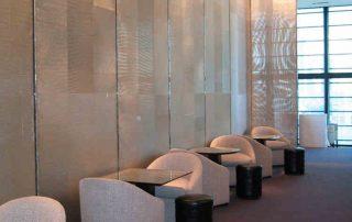 Großflächige Raumaufteilung mit mit Edelstahl Gardinen in Form einer Wandverkleidung. FLATSCALE Restaurant ALAIN DUCASSE japon