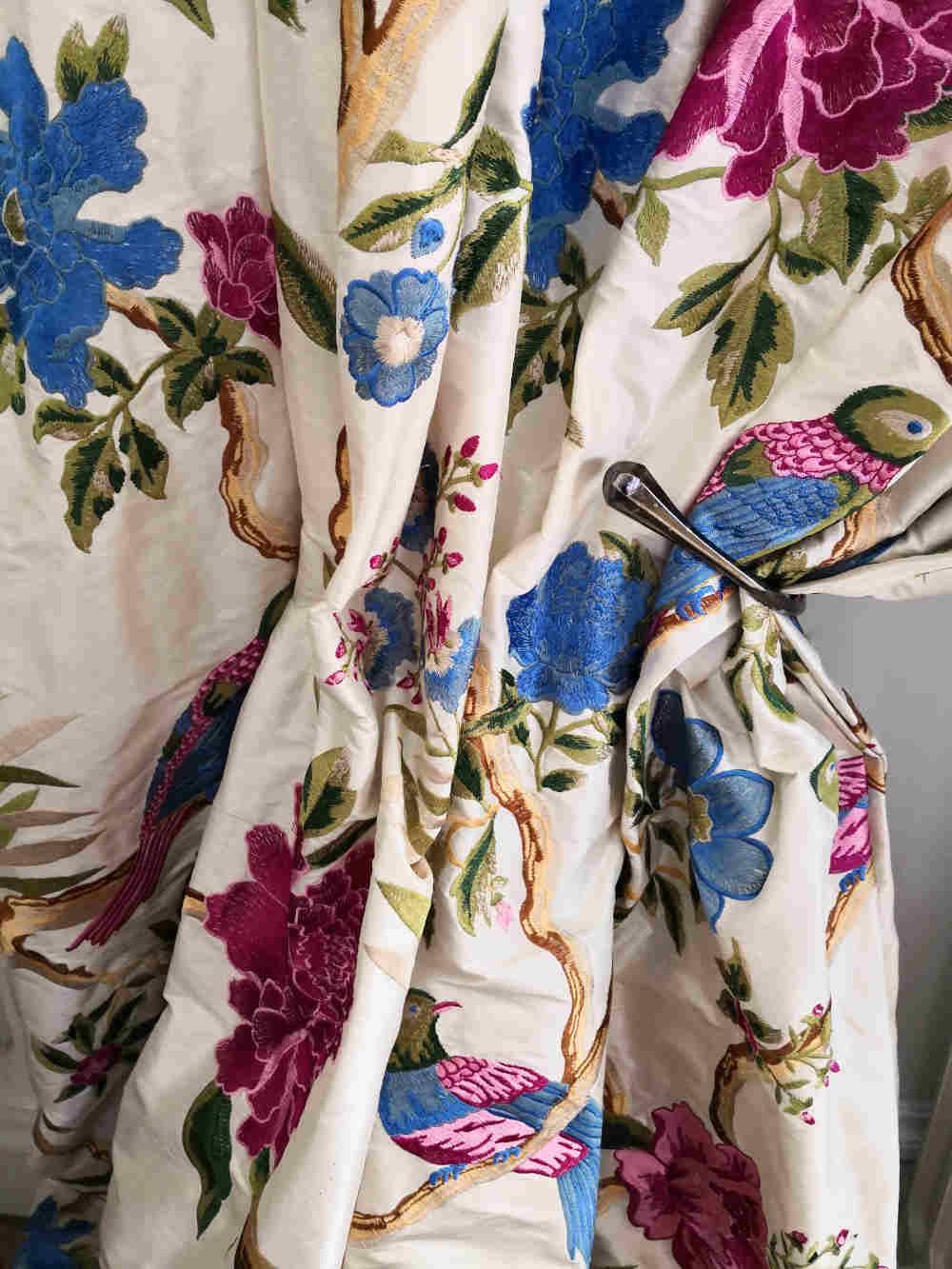 42 Gaillon Silk hand embroidert € 117.00