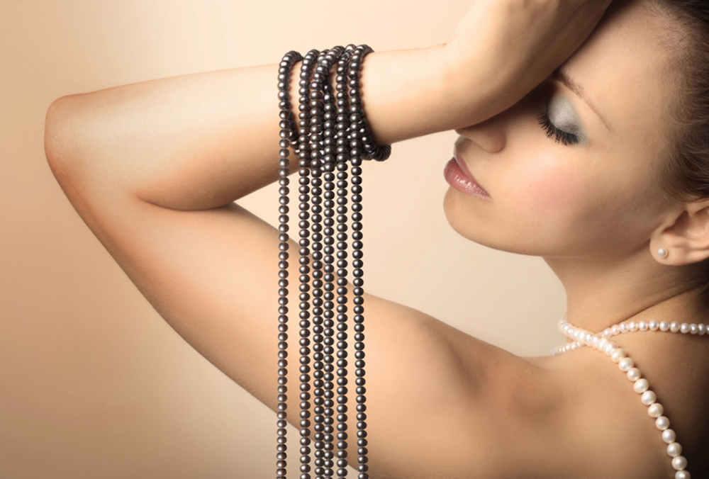 Perlenvorhang mit Frau